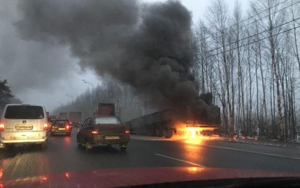 Фура загорелась на проезжей части на Мурманском шоссе в Ленобласти