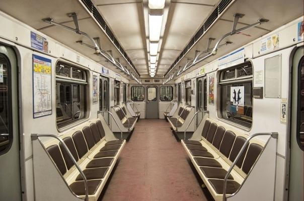 Хулиганы подожгли женщине волосы в вагоне метро в Петербурге