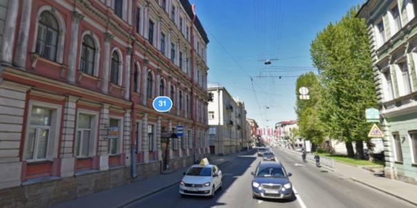 В Петербурге рухнула часть фасада у автобусной остановки