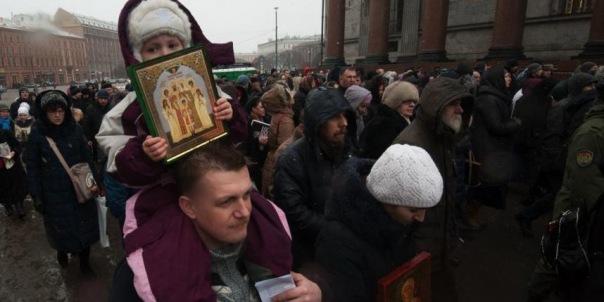 Вокруг Исаакиевского собора прошел второй крестный ход в поддержку передачи музея РПЦ