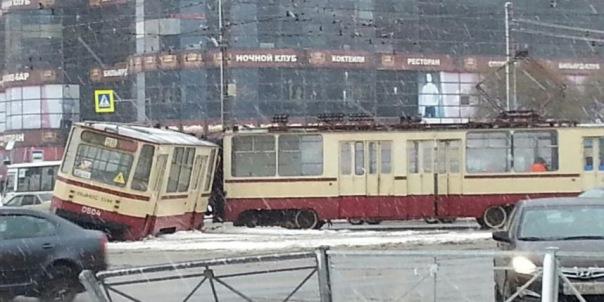 На севере Петербурга трамвай разорвался пополам