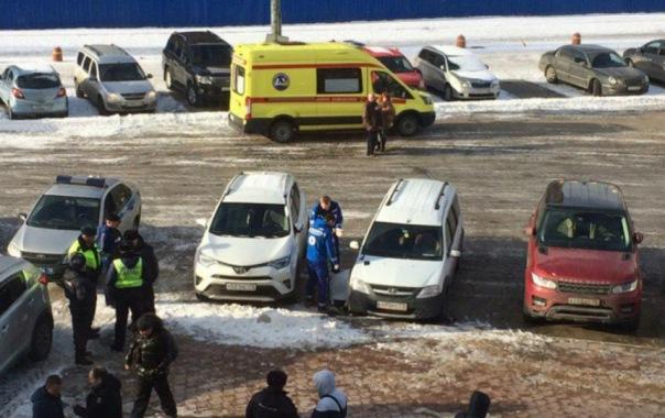 Перестрелка у торгового центра на Савушкина в Петербурге: один убит, второй скрылся