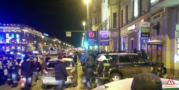 В Петербурге внедорожник въехал в толпу людей