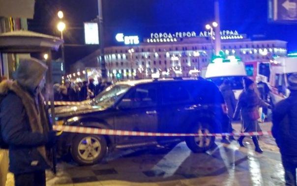 Ford влетел в толпу людей на тротуаре на Лиговском в Петербурге