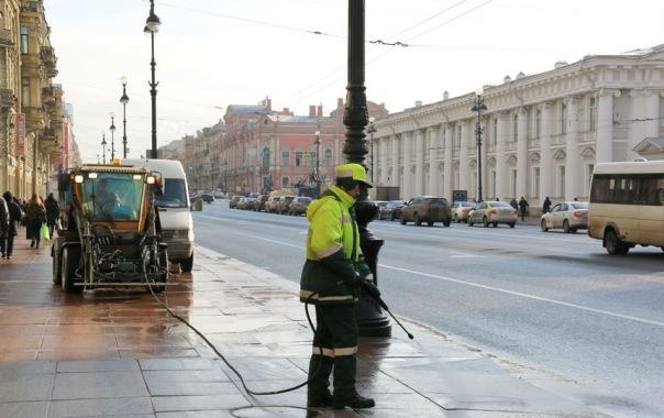 Улицы Петербурга начали мыть водой на месяц раньше срока
