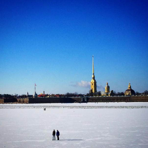 Петербуржцы вышли на прогулку по Неве