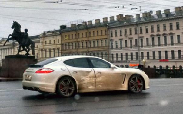 На Невском столкнулись Range Rover Evoque и Porshe Panamera