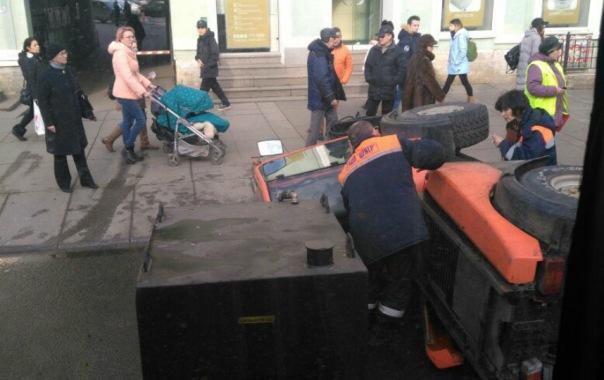 На Невском проспекте уборочная машина потеряла колесо и упала на бок