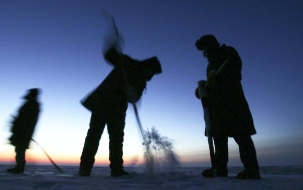 В Петербурге спасатели вытащили рыбака из Финского залива