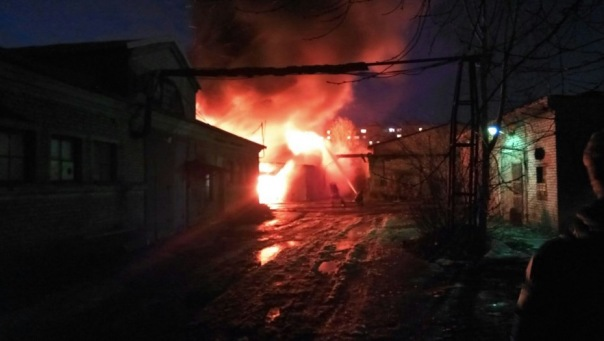 В Колпино огонь охватил здание на бульваре Трудящихся