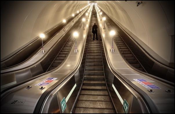 На станции «Проспект Славы» начали тестировать эскалаторы