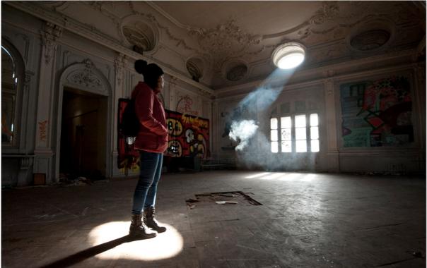 Бездомные разрушают усадьбу XIX века в Петербурге