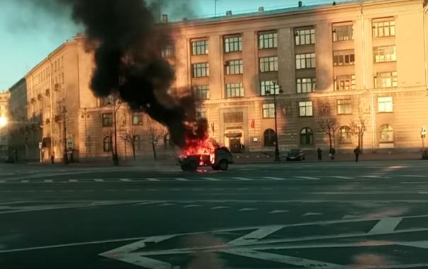 Сгоревшая в Петербурге Нива у административного здания оказалась акцией дальнобойщиков
