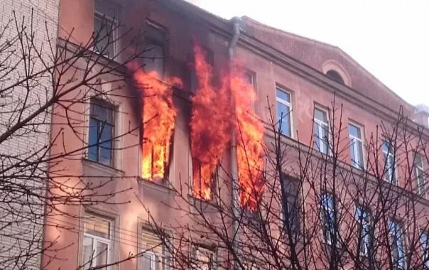 Пожар на Петроградской стороне: огонь вырывался из трёх окон дома