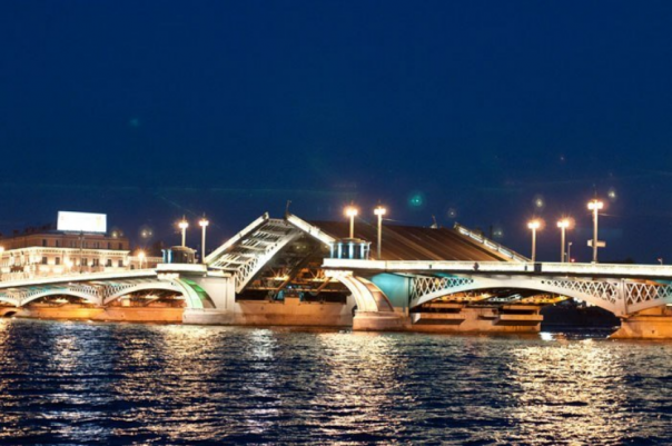 Дворцовый мост подсветят синим