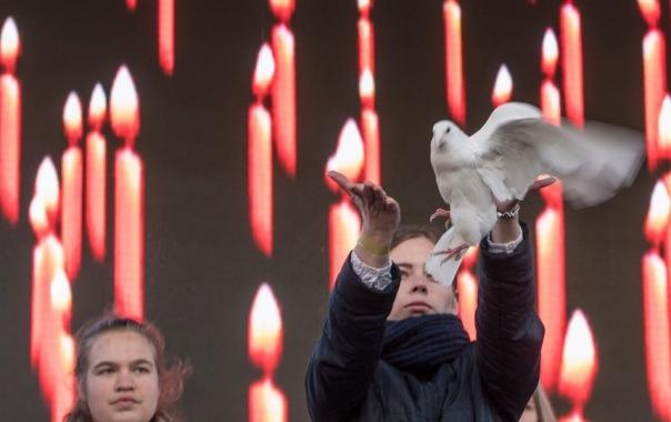 13 белых голубей выпустили в небо Петербурга в память жертв теракта 3 апреля