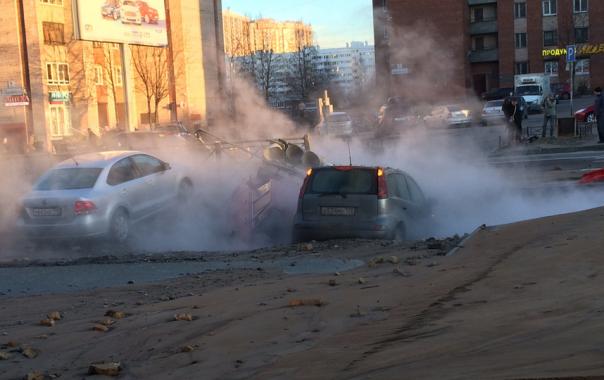 Из-за прорыва трубы с кипятком на Сикейроса две машины ушли под землю: фото