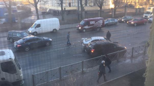 Петербургских водителей предупреждают: переобуваться еще рано
