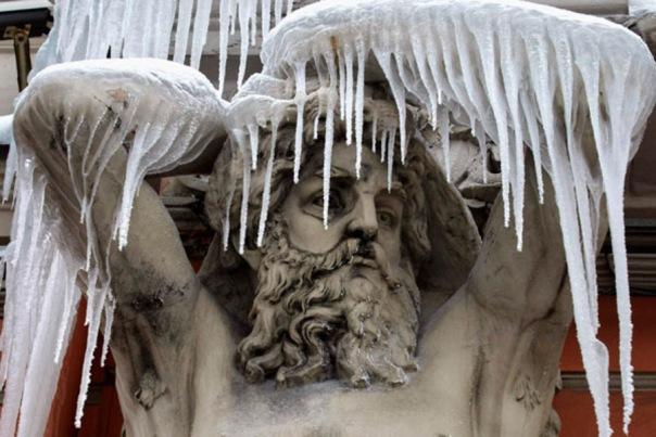 В Петербурге зафиксировали падение наледи с крыш на горожан