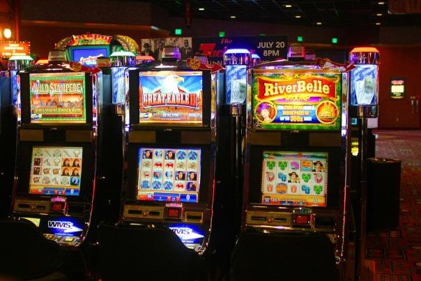 Казино с 30-ю игровыми автоматами маскировалось под жилую квартиру в Петербурге