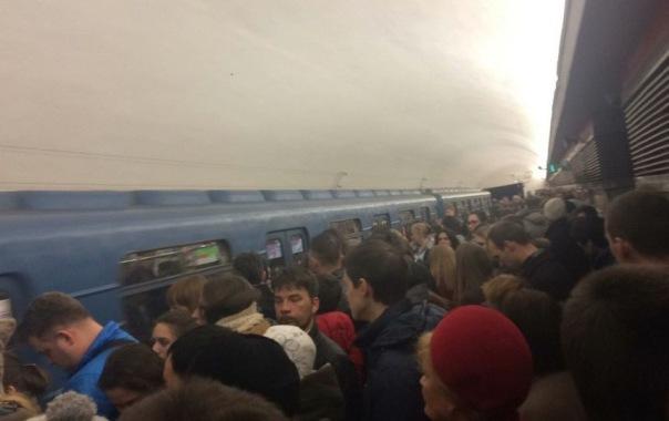 На красной ветке метро Петербурга поезда шли с увеличенным интервалом