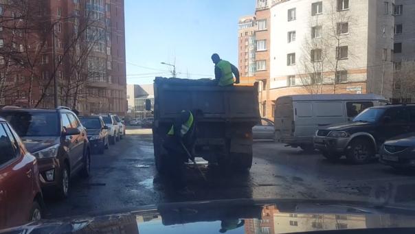 В Петербурге при ремонте дорог асфальт вываливают в лужи
