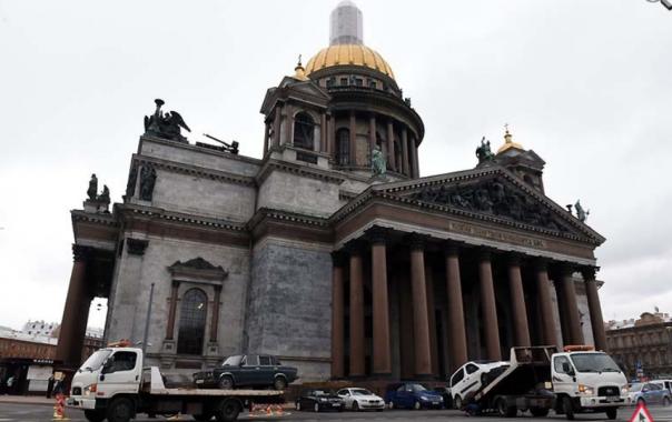 С Исаакиевской площади в Петербурге эвакуируют авто: приехал патриарх