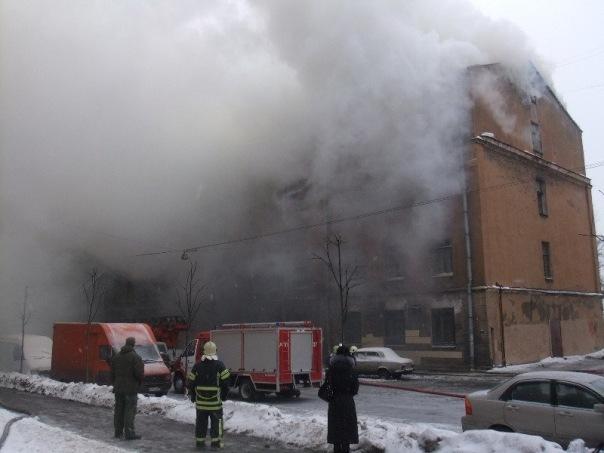 Шесть человек спасли из горящего общежития в Петербурге