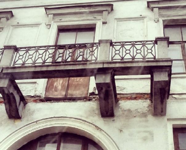 В Петербурге кусок балкона попал в голову прохожей