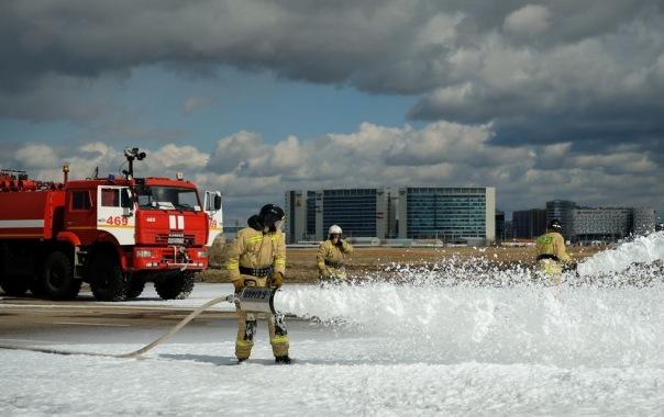В Пулково спасатели залили пеной взлетно-посадочную полосу