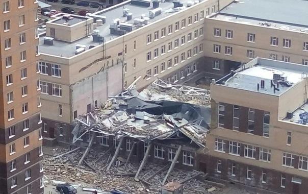 Под рухнувшей в школе стеной в Мурино в Ленобласти обнаружили труп