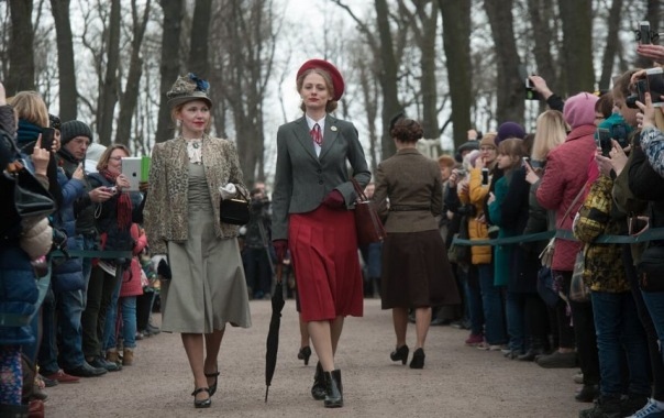 В День Победы в Летнем саду Петербурга показали моду 1945 года