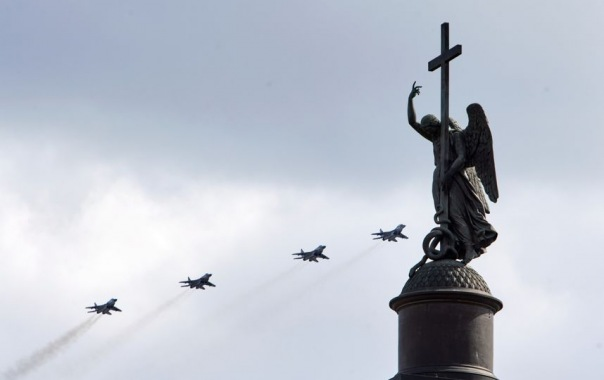 Над Петербургом летали истребители: в Параде Победы впервые приняла участие авиация