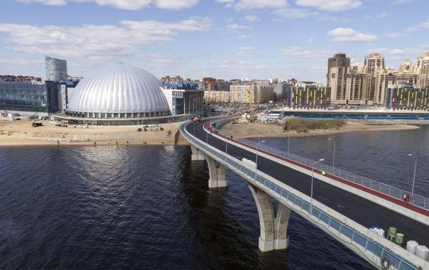 Яхтенный мост в Петербурге стал трёхцветным