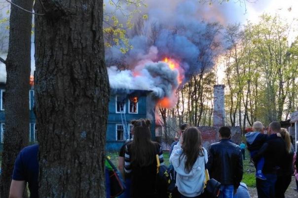 Деревянный дом сгорел в Озерках в Петербурге