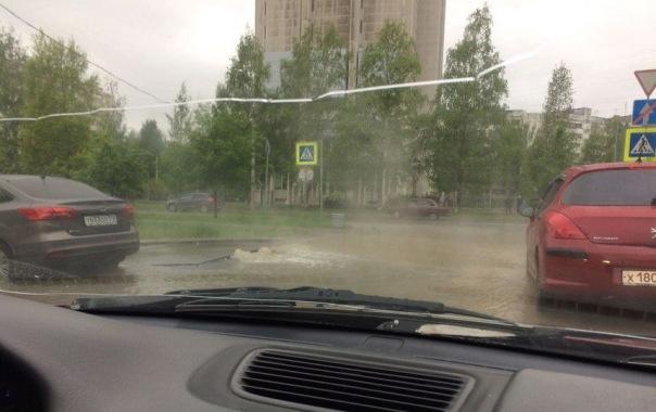 Машины моются в луже из-за прорыва трубы с горячей водой в Петербурге