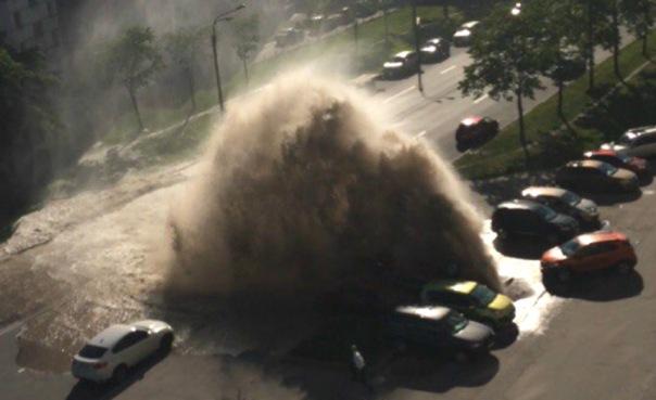 Фонтан воды из лопнувшей трубы подкинул авто на несколько метров в Петербурге