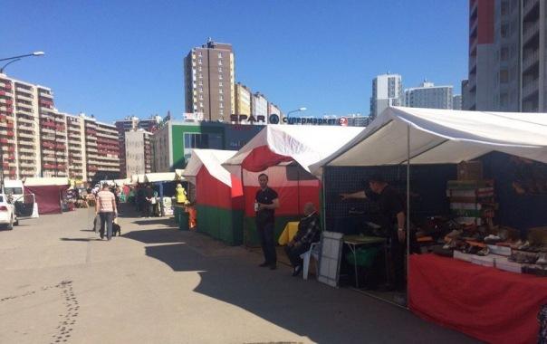 Жители Кудрово жалуются на ярмарку, палатки которой разместили на газоне