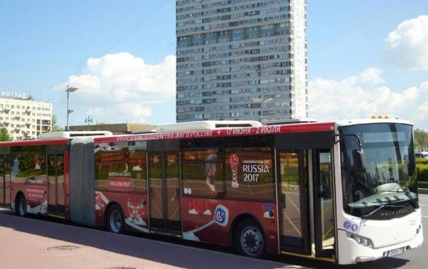 Петербургские автобусы украсила футбольная символика
