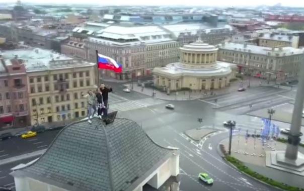 В Петербурге руферы украсили город, едва не сорвавшись с крыши
