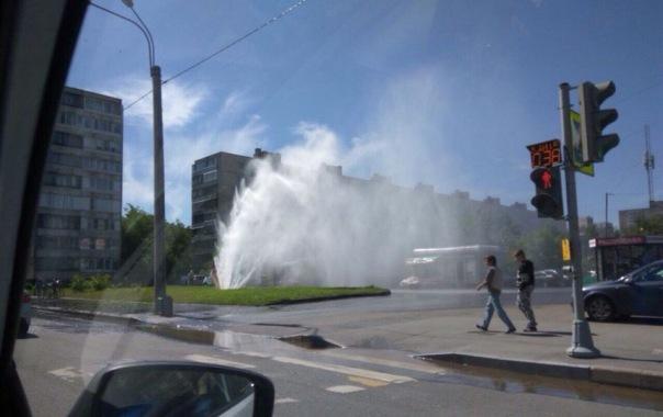 На Купчинской в Петербурге забил фонтан, а в Рыбацком авто ушло в яму с водой