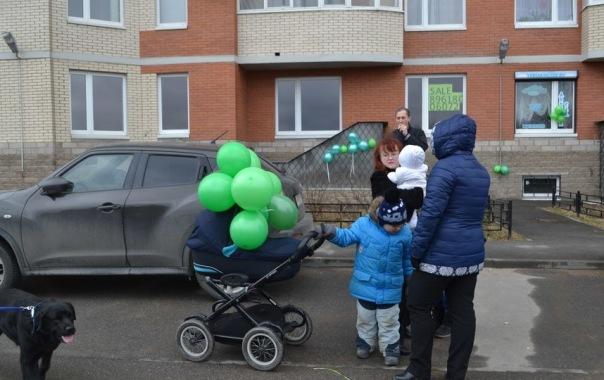 Дома на Ворошилова украсили тысячи зеленых шариков